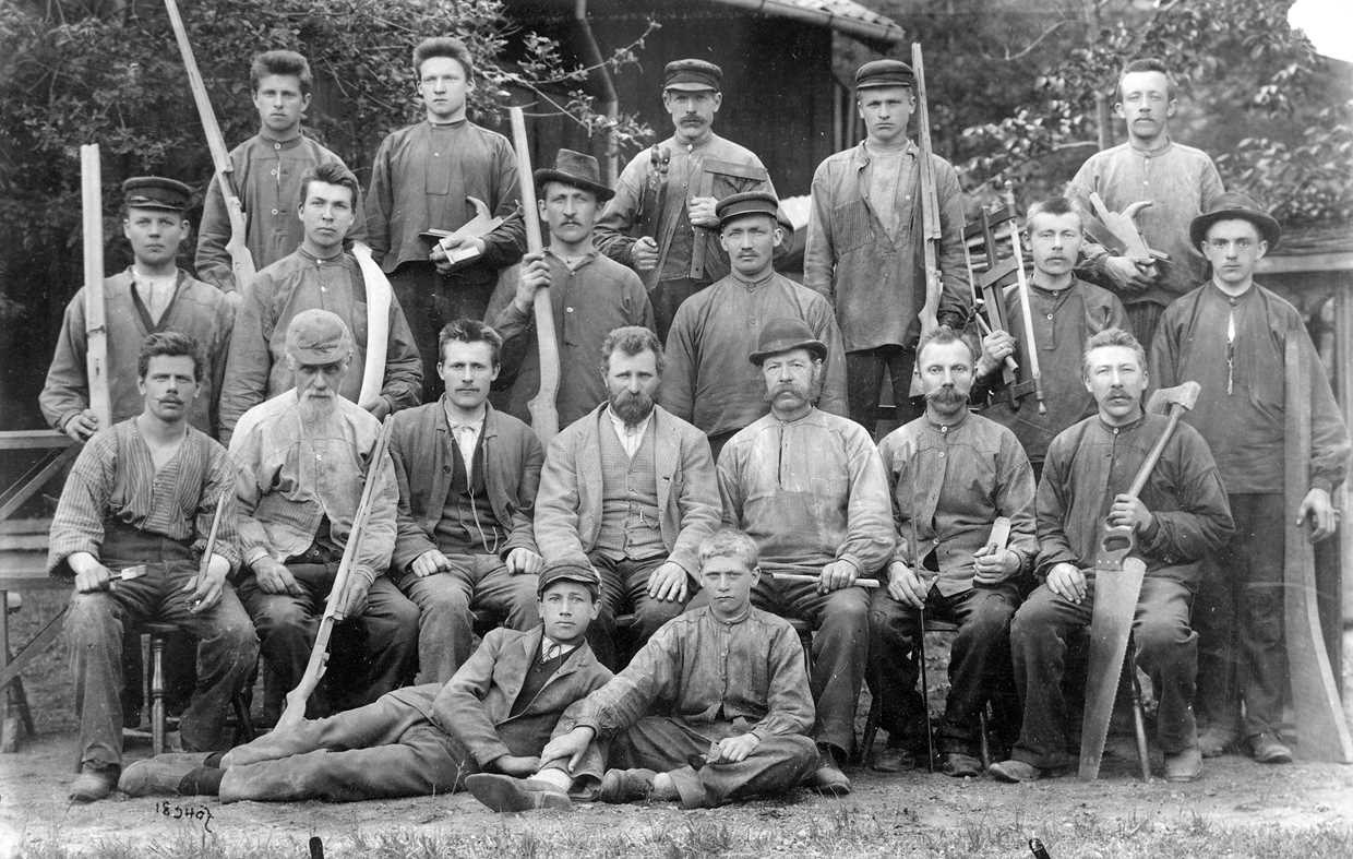 Historical picture of working men at Kongsberg Arms Factory